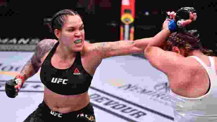 Amanda Nunes acerta soco em Felicia Spencer, durante combate no UFC 250 - Handout/Zuffa LLC via Getty Images - Handout/Zuffa LLC via Getty Images