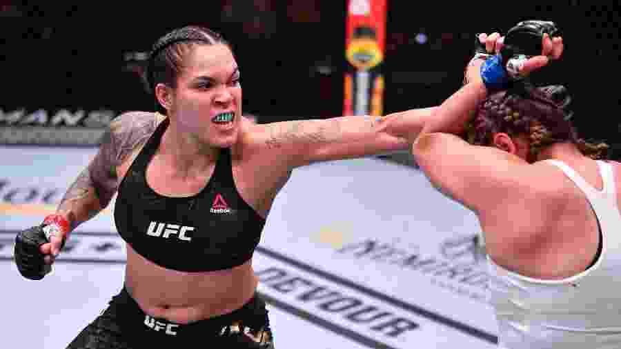 Amanda Nunes acerta soco em Felicia Spencer, durante combate no UFC 250 - Handout/Zuffa LLC via Getty Images