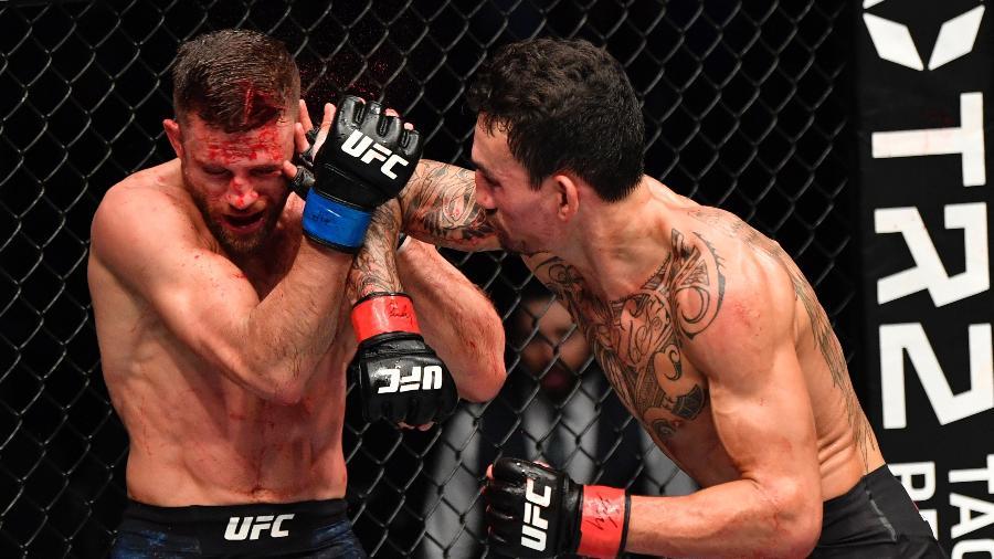 Max Holloway acerta cotovelada na cabeça de Calvin Kattar - Jeff Bottari/Zuffa LLC