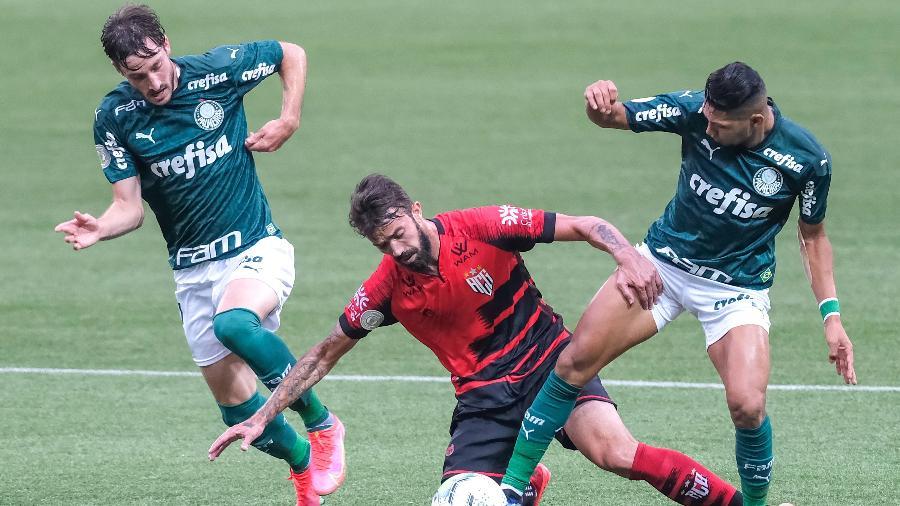 Rony disputa bola em partida entre Palmeiras e Atlético-GO - Marcello Zambrana/AGIF