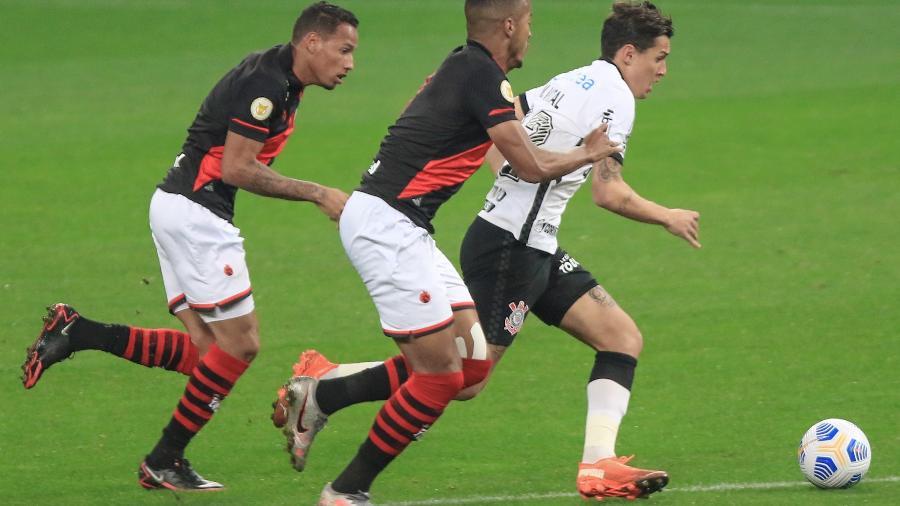 Mateus Vital, do Corinthians, disputa lance com jogador do Atlético-GO, durante partida pela Copa do Brasil 2021. - Marcello Zambrana/AGIF