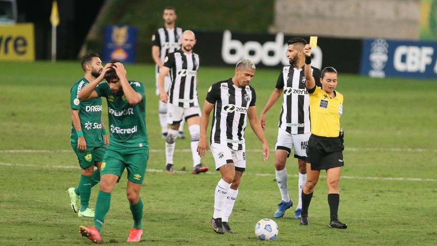 Pepê recebe o segundo cartão amarelo durante jogo do Cuiabá contra o Ceará pelo Brasileirão - Gil Gomes/AGIF