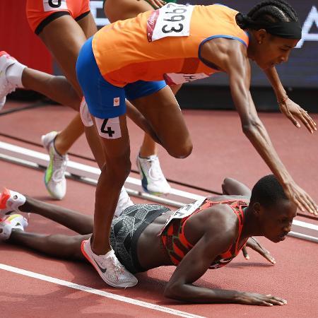 O tombo de Sifan Hassan, de laranja, com vitória na semifinal dos 1.500m - Matthias Hangst/Getty Images