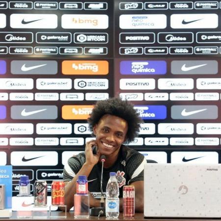 Willian sorri durante a coletiva de apresentação no Corinthians - Rodrigo Coca/Ag. Corinthians
