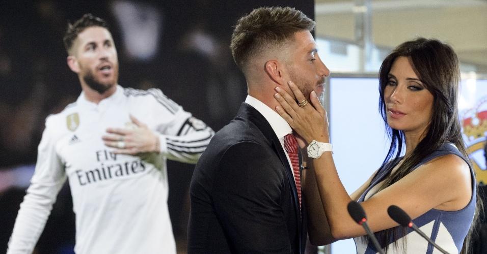 Pilar Rubio com Sergio Ramos durante o anuncio da renovação de contrato do jogador com o Real Madrid