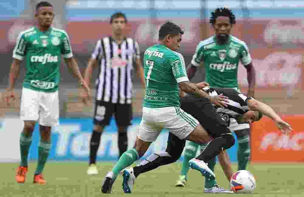 Dudu disputa a bola em partida do Palmeiras contra o Libertad - Cesar Greco/Ag Palmeiras