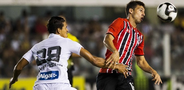 Calleri tenta passar pela marcação de Lucas Veríssimo no clássico entre Santos e São Paulo na Vila Belmiro