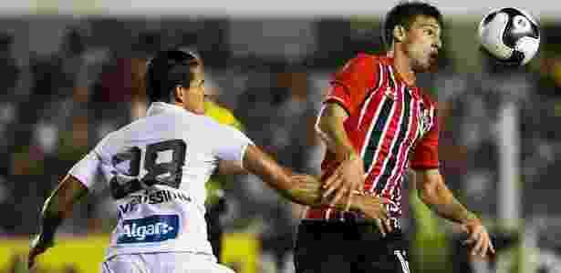 Calleri tenta passar pela marcação de Lucas Veríssimo no clássico entre Santos e São Paulo na Vila Belmiro -