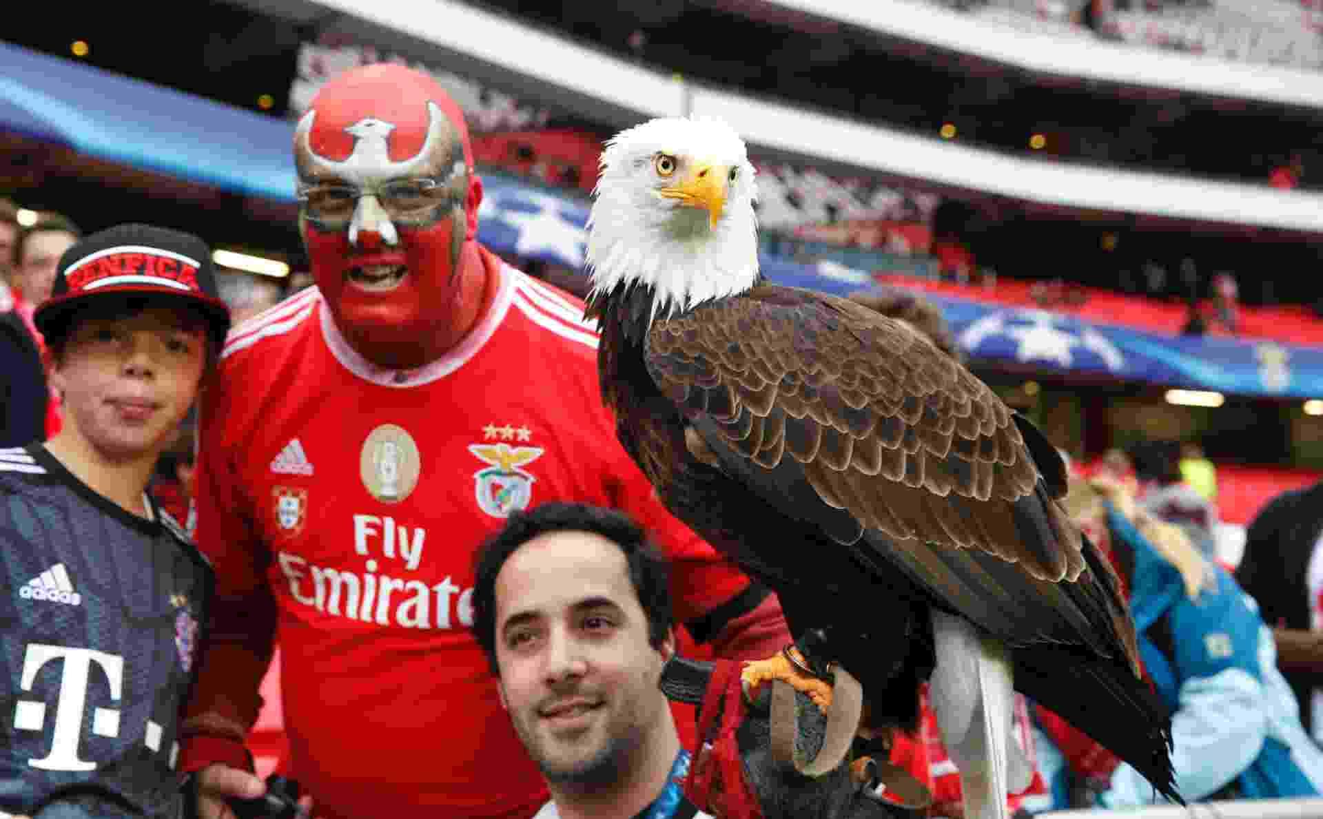 Torcedores posam ao lado da águia, tradicional mascote do Benfica - Paul Hanna/Reuters