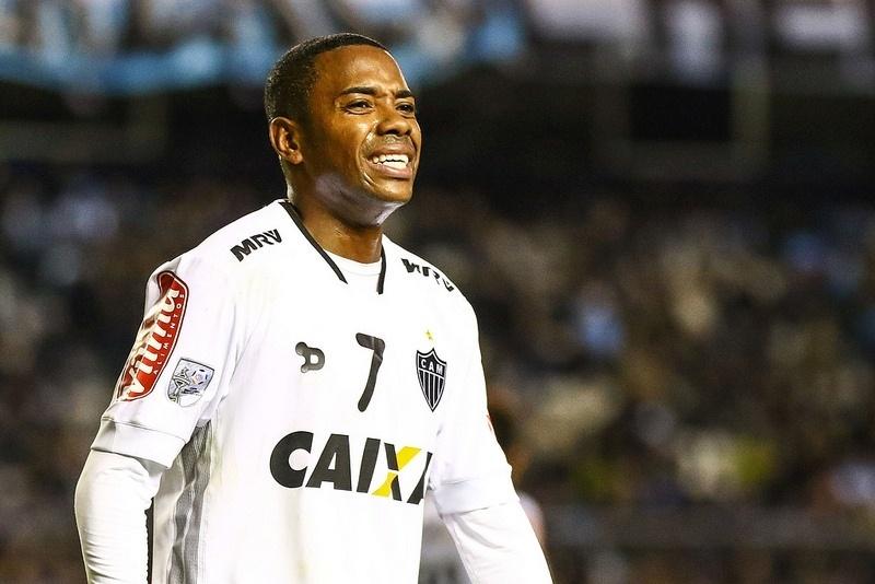 Robinho foi atingido por um isqueiro atirado por um torcedor do Racing na partida com o Atlético-MG
