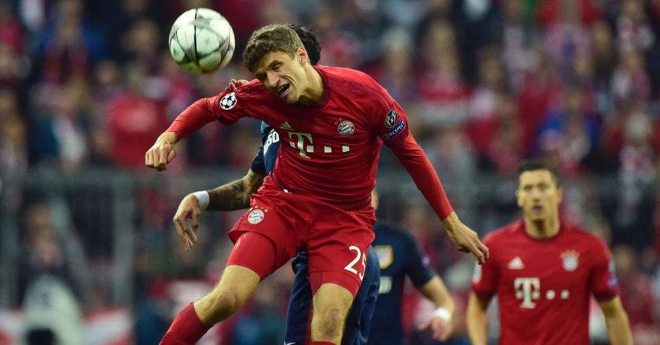 Thomas Muller disputa bola por cima na partida do Bayern contra o Atlético de Madri, pela Liga dos Campeões