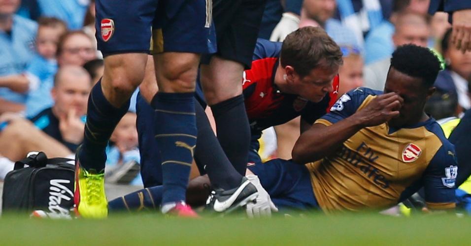 Welbeck sente contusão durante partida do Arsenal contra o Manchester City pelo Campeonato Inglês