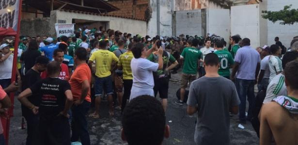 Muitos palmeirenses compareceram ao Independência atrás de ingressos para o jogo