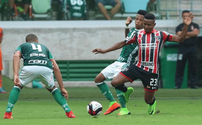 Thiago Mendes em ação no clássico Palmeiras x São Paulo