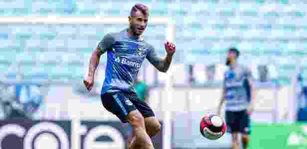 Meia sentiu coxa pouco antes do jogo contra o Novo Hamburgo, no domingo - Lucas Uebel/Grêmio