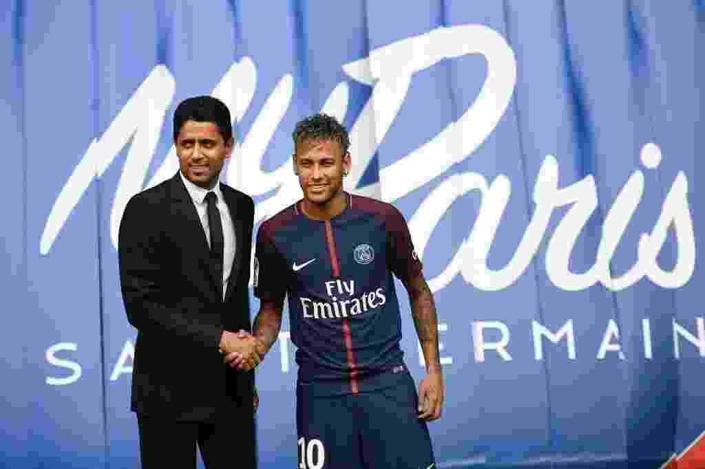 Neymar é apresentado pelo mandatário do PSG, Nasser Al-Khelaifi - AFP