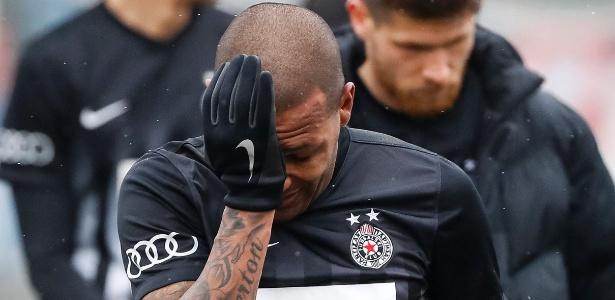 Everton Luiz vai às lágrimas após ser alvo de ofensas racistas de torcedores do Rad