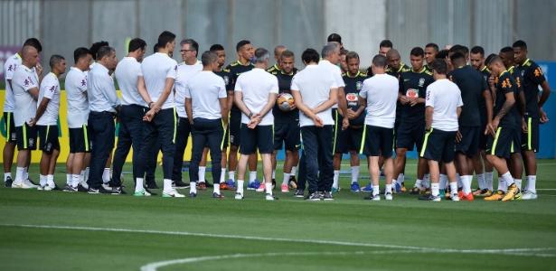 Tite se reúne com grupo da seleção brasileira em treino na Granja Comary