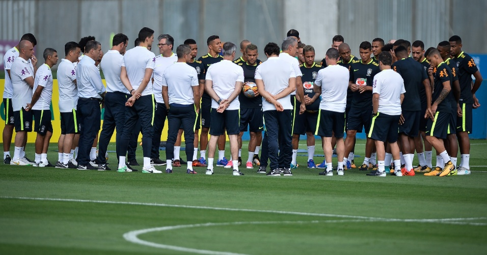 Tite se reúne com grupo da seleção brasileira em primeiro treino para o duelo contra a Bolívia