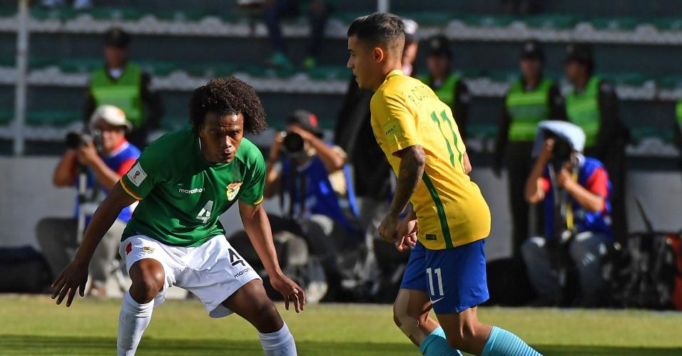 Coutinho carrega a bola e é observado por Leonel Morales