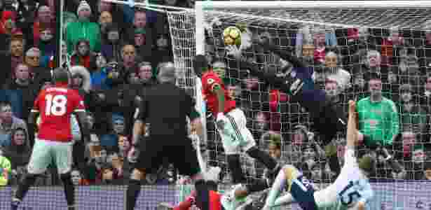 De Gea faz uma defesa para o Manchester United contra o Tottenham - Andrew Yates/Reuters - Andrew Yates/Reuters