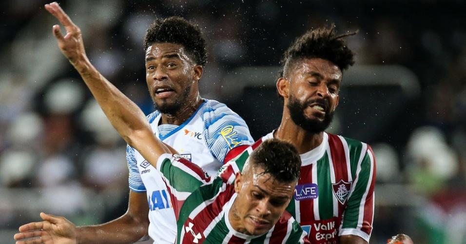 Betão disputa bola com Renato Chaves em Fluminense e Avaí pela Copa do Brasil
