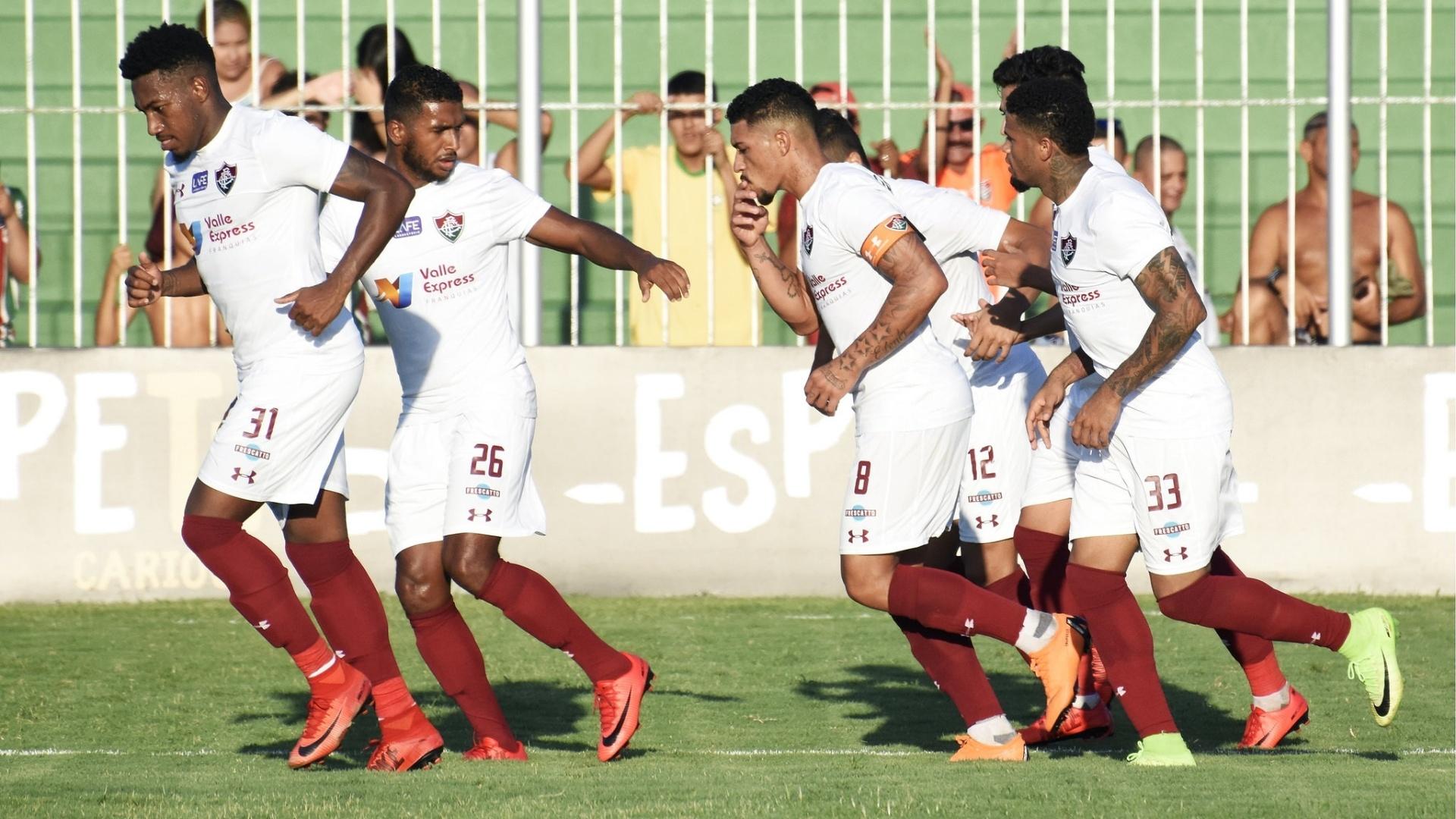 Jogadores do Fluminense comemoram gol de Douglas contra a Cabofriense