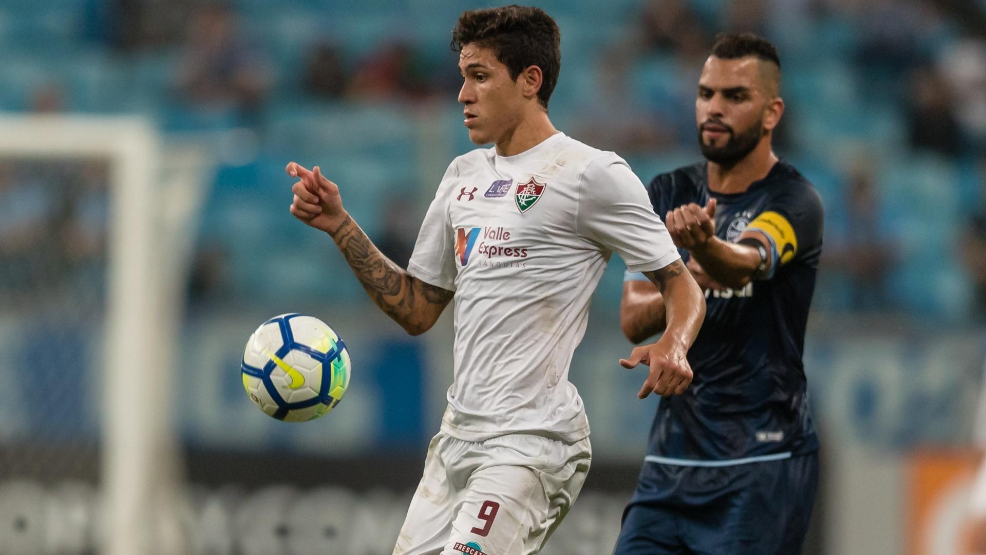 Observado por Maicon, o atacante Pedro domina a bola no jogo entre Grêmio e Fluminense