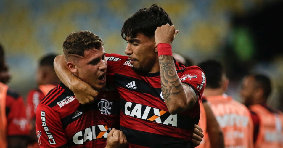 Matheus Sávio e Lucas Paquetá comemoram gol do Flamengo sobre o Botafogo