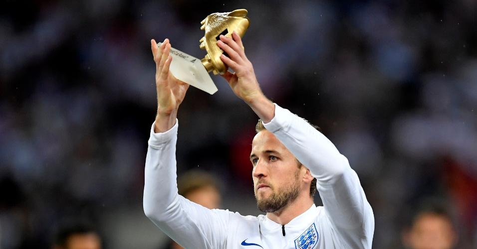 Harry Kane exibe troféu de Chuteira de Ouro da Copa do Mundo