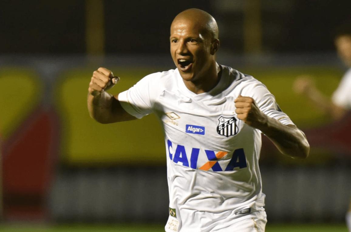 Carlos Sánchez comemora gol marcado pelo Santos contra o Vitória no Brasileirão