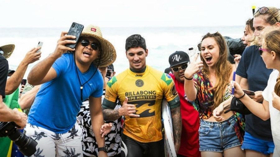 Gabriel Medina é festejado por torcedores em Pipeline - Divulgação/WSL