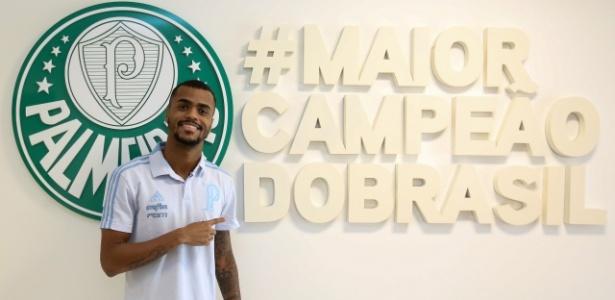 Felipe Pires posa com a camisa do Palmeiras - Fabio Menotti/Ag. Palmeiras/Divulgação