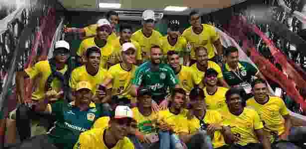 Jogadores e comissão técnica do Galvez posam com Wéverton, goleiro acreano do Palmeiras - SE Palmeiras/Divulgação - SE Palmeiras/Divulgação