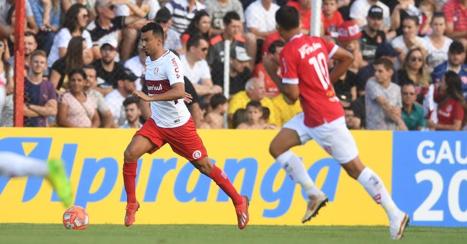 Rodrigo Lindoso carrega bola durante jogo entre Inter e São Luiz
