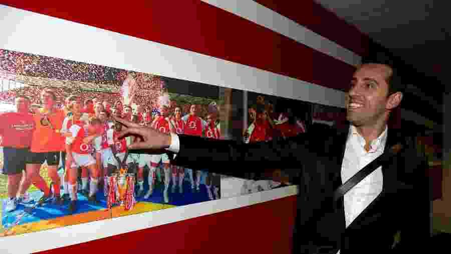 Edu Gaspar mostra elenco do Arsenal, do qual ele fez parte, que foi campeão do Campeonato Inglês - David Price/Arsenal FC