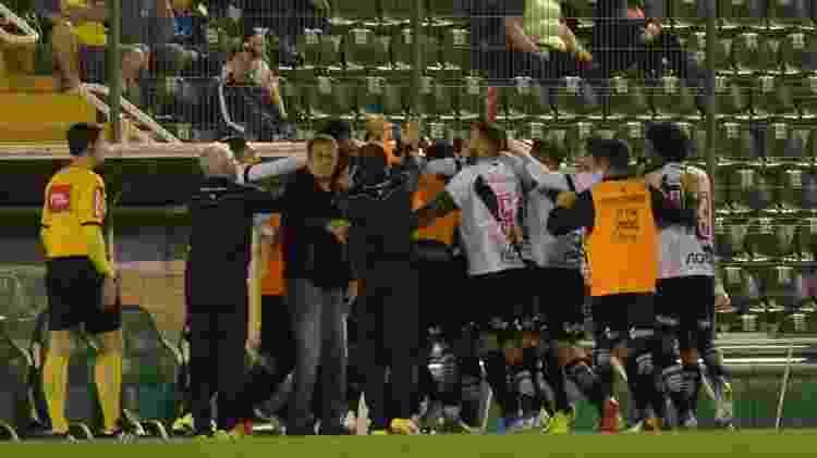 Jogadores do Vasco comemoram gol do atacante Ribamar contra a Chapecoense - TARLA WOLSKI/FUTURA PRESS/ESTADÃO CONTEÚDO