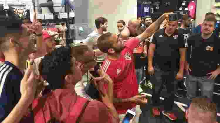 Daniel Alves tira selfie com torcedores em evento da patrocinadora do São Paulo - Diego Salgado/UOL Esporte