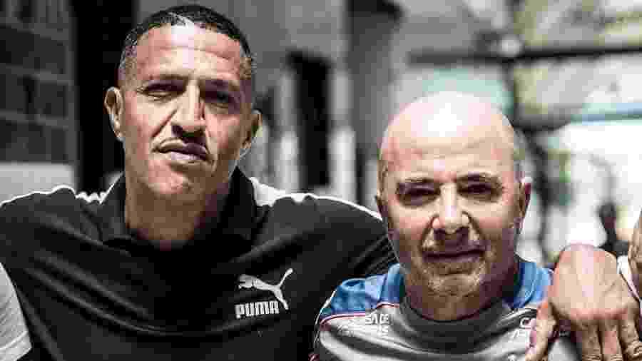 Mano Brown posa para foto com Jorge Sampaoli em visita ao CT Rei Pelé, do Santos - Ivan Storti/Santos/divulgação