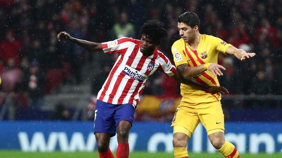 Thomas Partey, do Atlético de Madri, em lance com Luis Suárez, do Barcelona - REUTERS/Sergio Perez