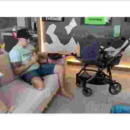 Follmann usa perna biônica para ninar o filho recém-nascido - REPRODUÇÃO/INSTAGRAM