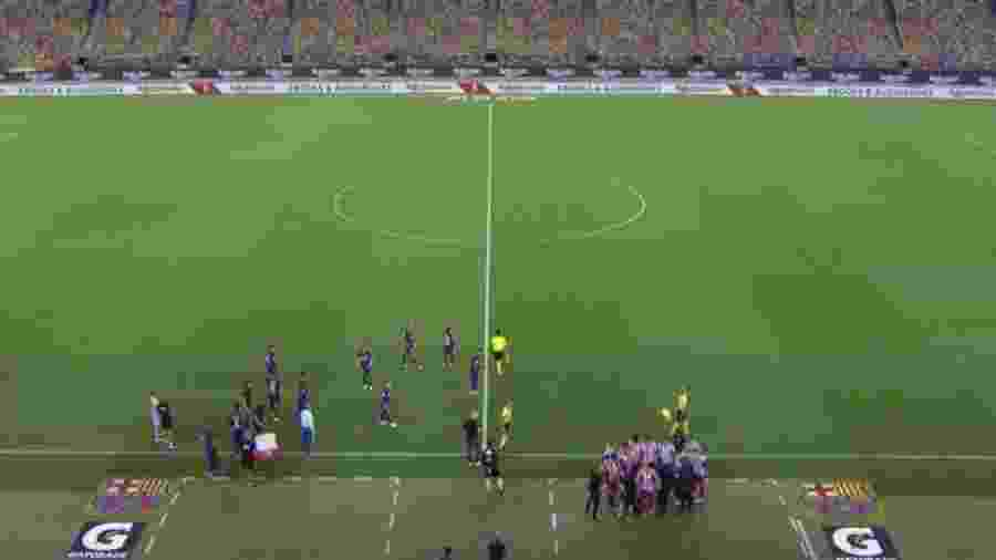 Durante parada técnica, jogadores do Barcelona se dispersaram enquanto se hidratavam; já os do Atlético formaram uma roda em torno do técnico Simeone - Reprodução