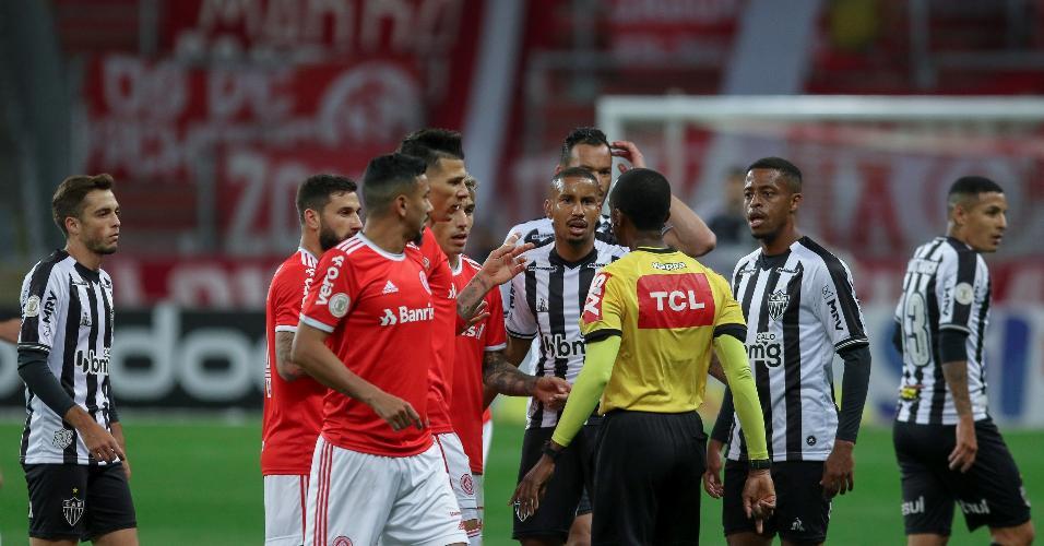 Jogadores de Inter e Atlético-MG reclamam com o árbitro Luis Flavio de Oliveira