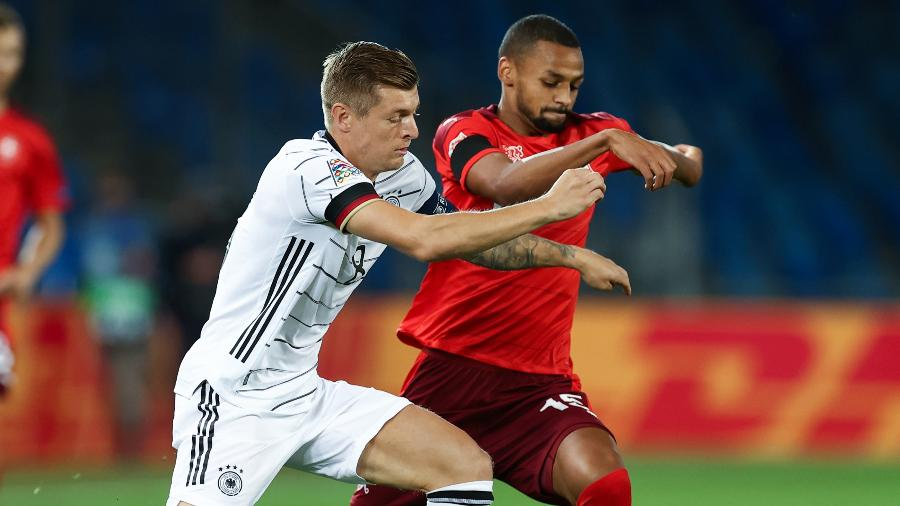 Toni Kroos, da Alemanha, disputa a bola com Djibril Sow, da Suíça, em jogo da Liga das Nações - Christian Charisius/picture alliance via Getty Images