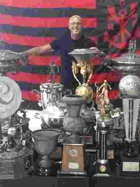 Uri Geller posa com taças conquistadas - Reprodução/Instagram - Reprodução/Instagram