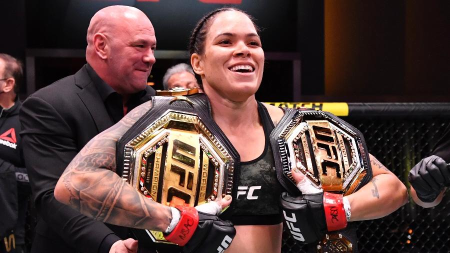 Amanda Nunes com seus cinturões após vitória sobre Megan Anderson no UFC 259 - Jeff Bottari/Zuffa LLC