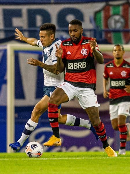 Gerson disputa a bola na partida do Flamengo contra o Vélez Sarsfield, pela Libertadores - Marcelo Cortes / Flamengo