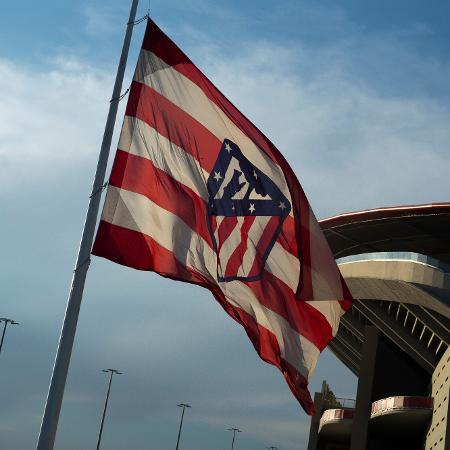 Bandeira do Atlético de Madri em frente ao estádio Wanda Metropolitano - Oscar Gonzalez/NurPhoto via Getty Images