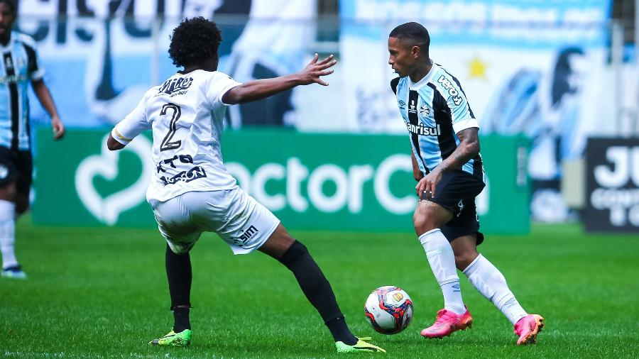 Lance durante partida entre Grêmio e Santa Cruz, válido pela Recopa Gaúcha, realizado na cidade d Porto Alegre, RS, neste domingo, 06 - EVERTON SILVEIRA/FUTURA PRESS/FUTURA PRESS/ESTADÃO CONTEÚDO