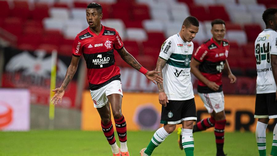 Bruno Henrique, do Flamengo, comemora seu gol durante partida contra o Coritiba - Jorge Rodrigues/AGIF